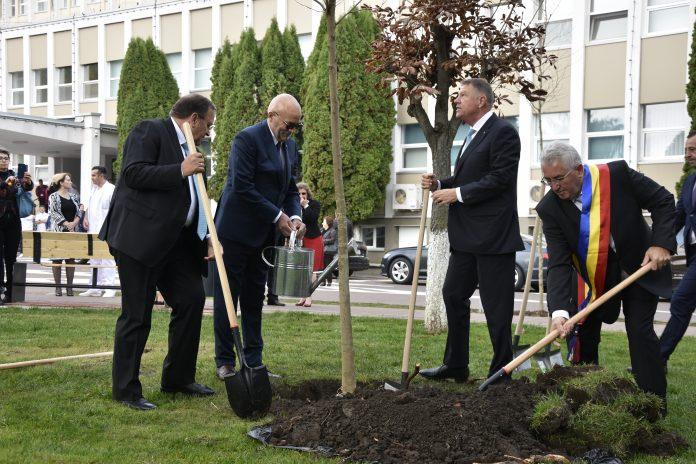 Klaus Iohannis planteaza platan la Spitalul de Urgenta Suceava
